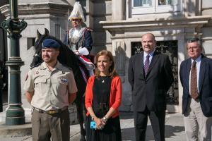 Almudena Maíllo durante el relevo solemne de la Guardia Real