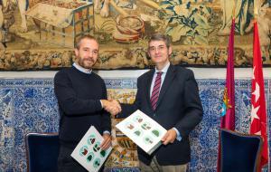 El director de Turismo de Madrid Destino, Miguel Sanz, y el presidente de la Asociación Española de Profesionales del Turismo (AEPT), Santiago Aguilar